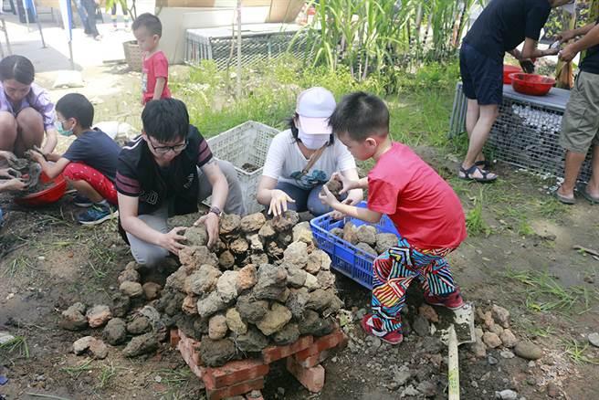 每次舉辦都秒殺的農村運動會活動,根據季節推出不同內容,焢土窯始終是大人小孩的最愛。(圖/大旗美農村體驗物產直賣所提供)