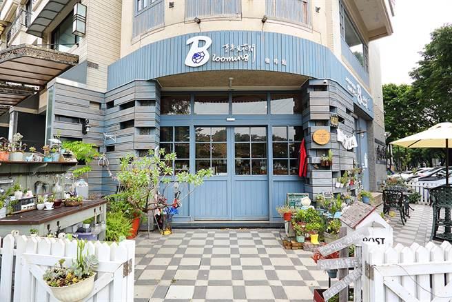 聽見花開咖啡館在楠梓土庫路,店外呈現雜貨鄉村風格。(攝影/Carter)