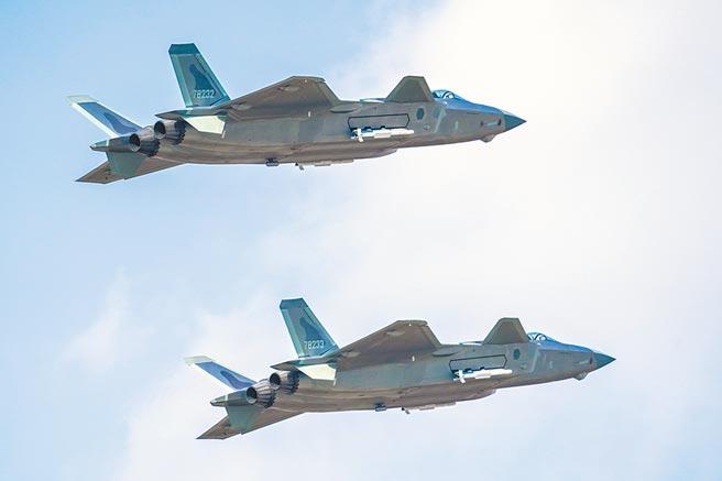 解放軍14日宣稱空軍王海大隊的「新型改裝戰機」,在一場空中對抗擊落敵機17架,陸媒研判是殲-20改裝升級版所為。圖為殲-20進行掛彈飛行展示。(新華社)
