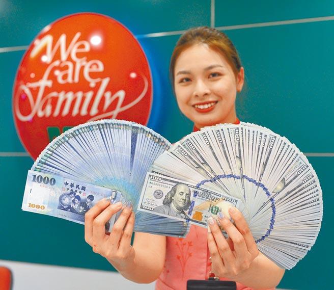 股匯雙漲,新台幣連2日突破29.5元的「楊金龍防線」。圖為中國信託銀行員工清點美金、新台幣。(本報資料照片)