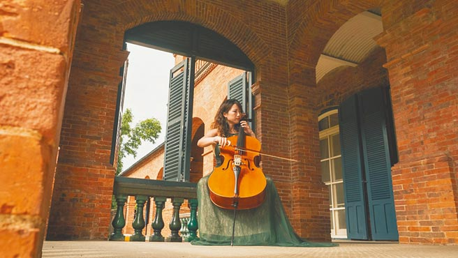 淡水紅毛城以浪漫風的音樂表演為主,圖中的跨界大提琴家張道文。(淡水古蹟博物館提供/戴上容新北傳真)