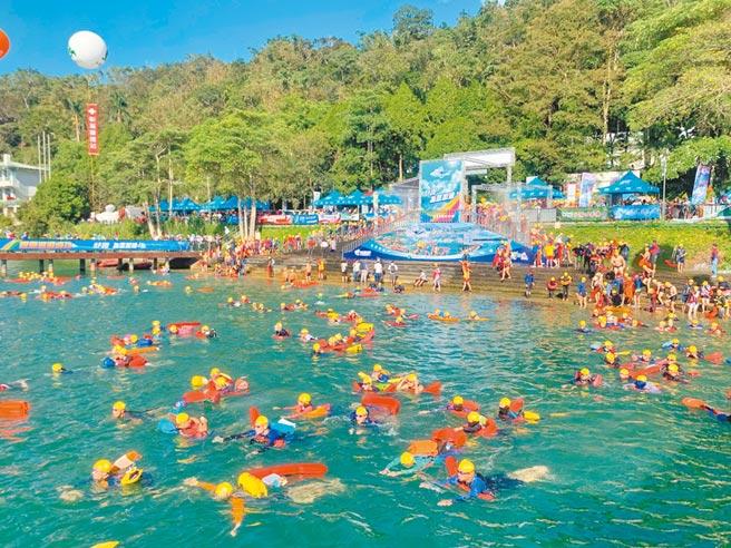 日月潭萬人泳渡,水中無法防疫,上岸就要戴口罩。(廖志晃攝)