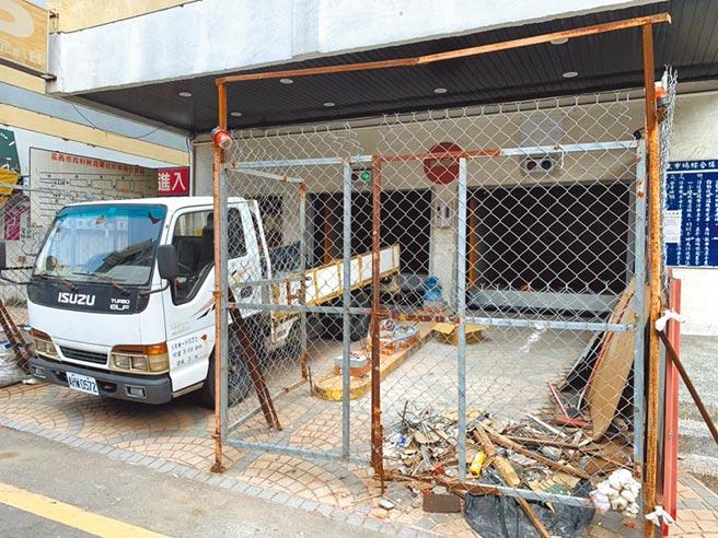 嘉義市東市場綜合大樓停車場自2015年4月起閒置至今,今年初才標租出去,目前廠商加緊趕工整修,最快9月底就能重啟營運。(呂妍庭攝)