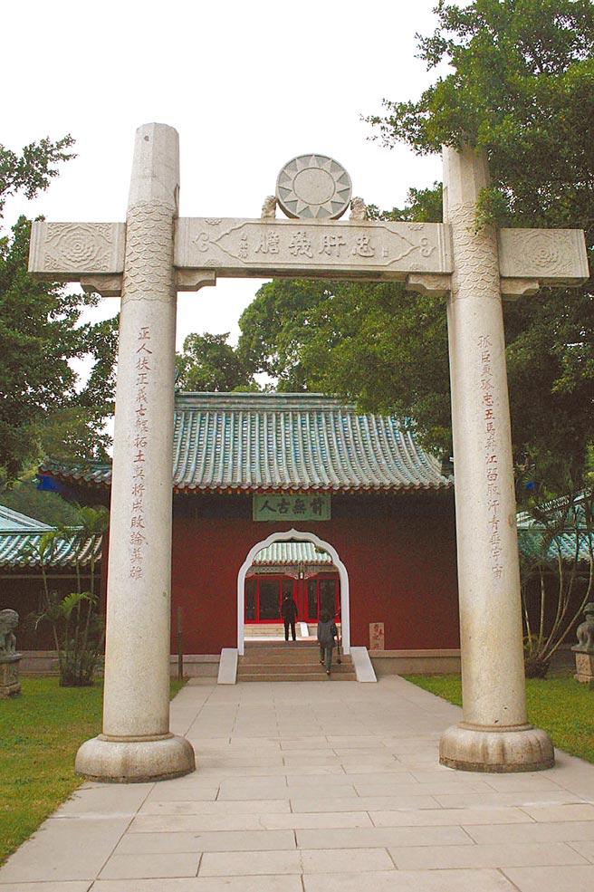 台南市延平郡王祠正殿前日式牌坊,由前国防部长白崇禧题字,设置石质党徽。(翁顺利摄)