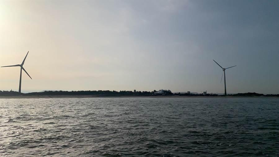 两名女子受困大安沙洲,目前已顺利救上岸。(台中市消防局提供/陈淑娥台中传真)