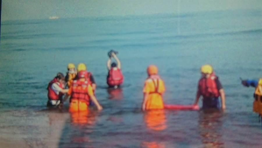 2妙龄女漫步沙洲 半小时内海水从膝盖淹上颈部,受困获救。(戴志扬翻摄)