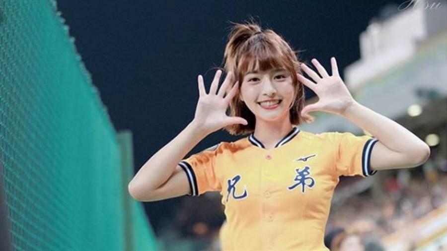 啦啦隊女神峮峮笑容甜美、身材傲人。(圖/IG@ qun_04)