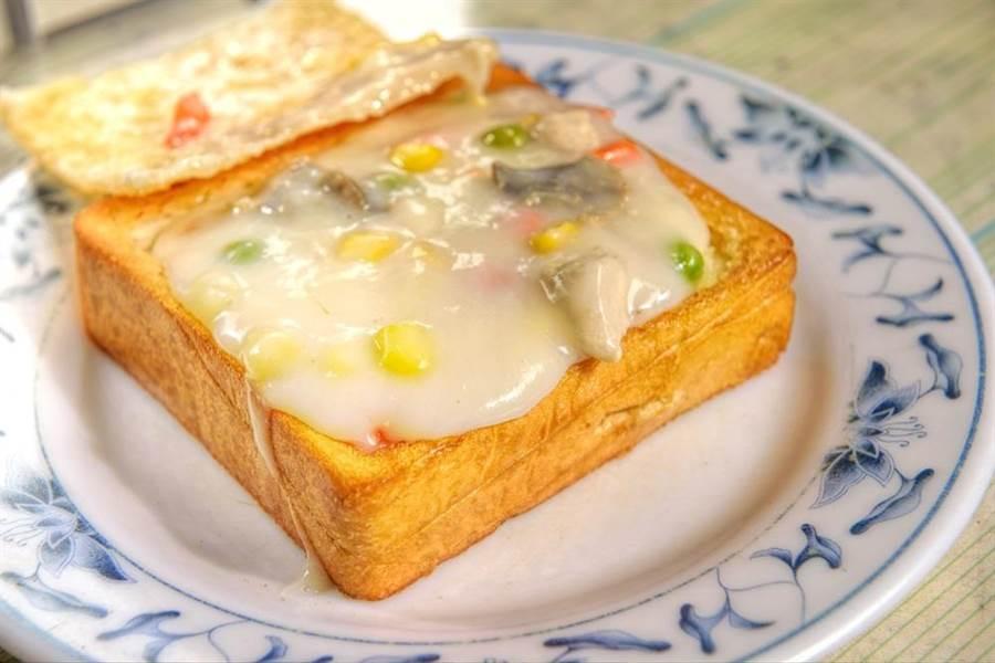 網友公認台南美食最過譽的小吃是棺材板(見圖)。(達志影像/shutterstock)