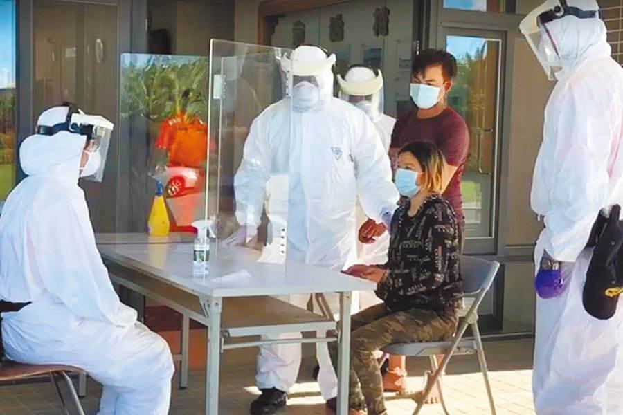 海巡單位追緝到27名偷渡客與5名船員等32人,下午2位越籍男子出現高溫、肚子痛症狀,已送醫篩檢。(翻攝畫面/謝佳潾屏東傳真)
