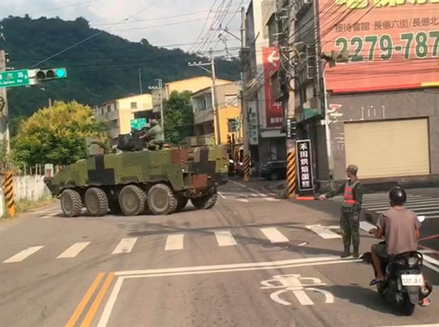 陸軍一輛雲豹甲車因方向向系故陣,花了十分鐘才完成轉彎,軍事專家張競表示,故障車勉強行駛,既危險又可能使故障惡化。( 民眾提供/黃國峰台中傳真)