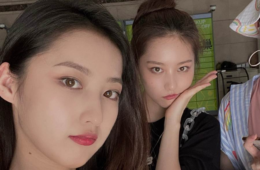 年僅20歲的大陸雙胞胎姊妹章馨心及章馨貝都以高顏值聞名。(圖/摘自微博@章馨心Erin)