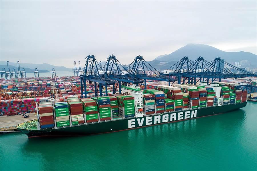 長榮海運持續進行船隊汰舊換新,活潑明亮的設計風格展現更鮮明的企業識別。(長榮提供)