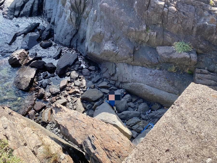 有民眾今天在宜蘭大溪東岸防波堤發現一具遺體,經家屬確認身分後,證實為李姓釣客。(翻攝照片)