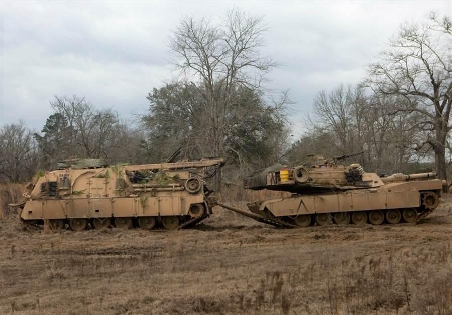 美軍的M88A2裝甲救濟車拖運M1A1戰車。(圖/美國陸軍)