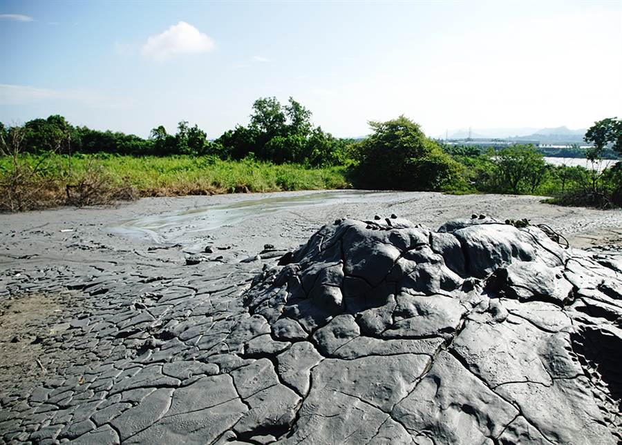 太陽曝曬下的泥火山龜裂紋理宛如大地雕塑藝術。(攝影/曾信耀)
