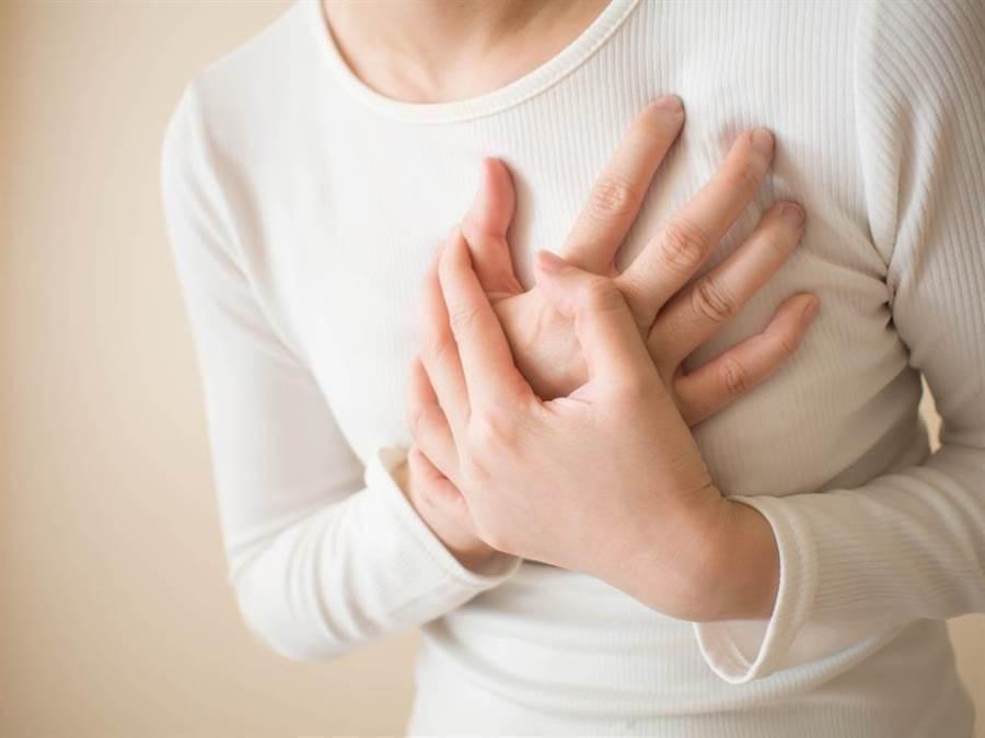 猝死前身體有警訊,出現心臟4大求救信號就得小心。(達志影像/shutterstock)