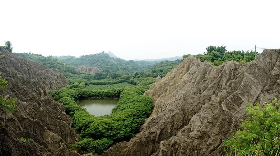 位於燕巢、田寮交界的南勢湖,是攝影愛好者朝聖的月世界秘境。(攝影/曾信耀)