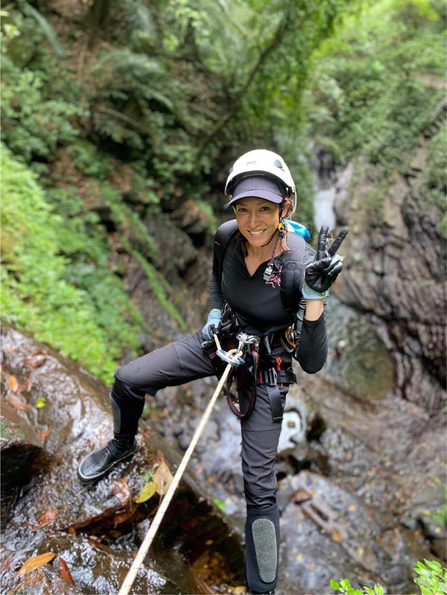 李詠嫻挑戰13層樓高瀑布溪降。(艾迪昇傳播提供)