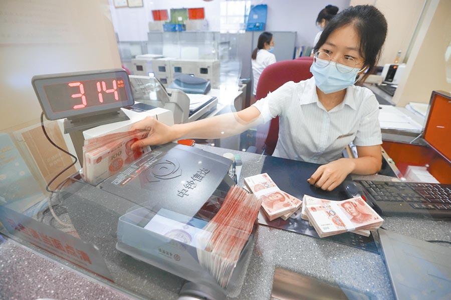 人民幣暴漲4000點,連破兩大關口。圖為8月6日,山西太原市銀行行員在清點貨幣。(中新社)