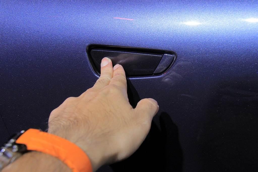 開車門的方式不論內外都是採用按鍵式設計,而包含行李箱蓋,關門只需輕輕靠上就能自動吸附。