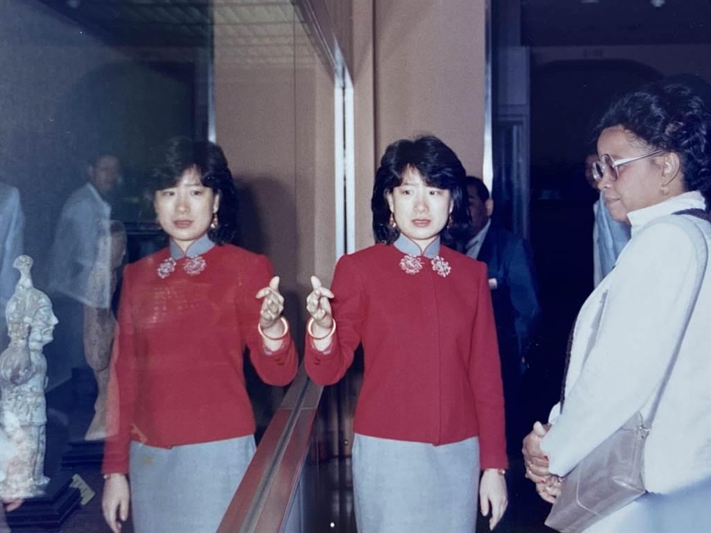 陸仲雁(左)在台北故宮曾多次接待並為國際貴賓導覽,圖為1988年為海地總統夫人導覽。(陸仲雁提供)