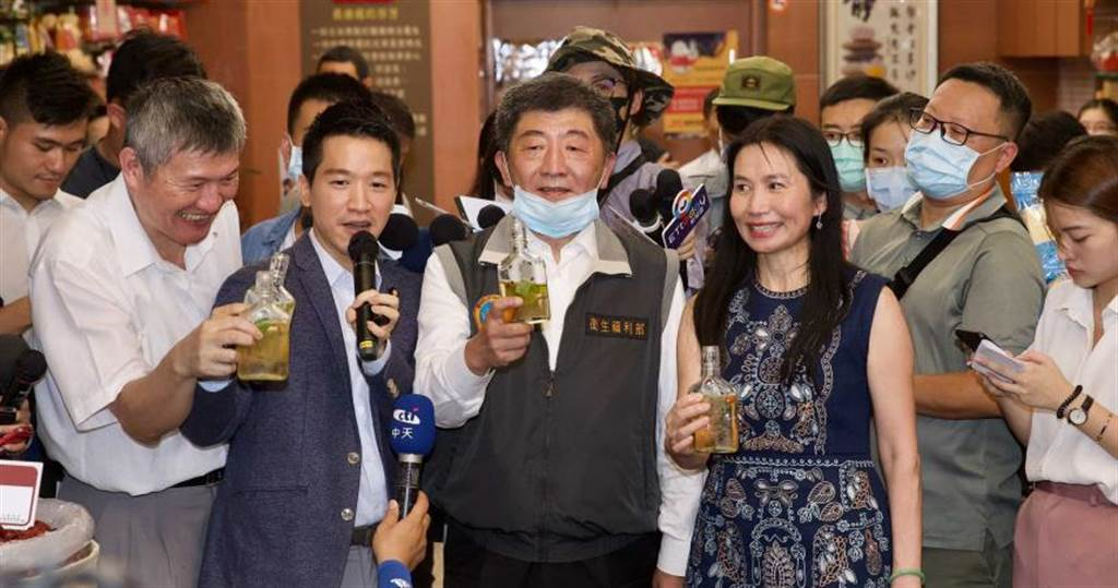 衛福部長陳時中和台北市副市長黃珊珊兩位下屆市長熱門人選今日同台。(圖/記者張文玠攝)