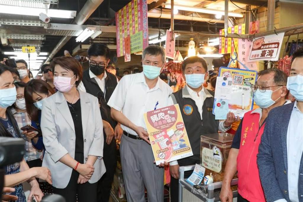 衛福部長陳時中今日上午到台北市迪化街視察豬肉產地標示。(圖/記者黃耀徵攝)