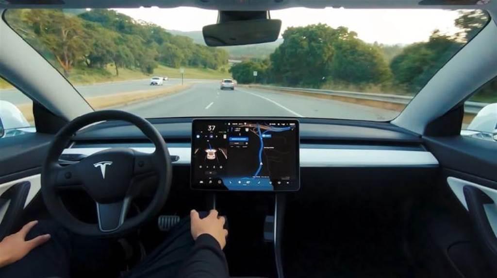 特斯拉 FSD 功能更新:自動超車後可選擇繼續在快車道上行駛
