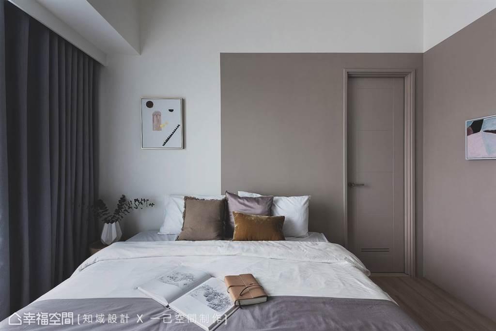 運用塗料採適度的留白、轉折讓色彩延伸,反而讓場域放大且充滿暖意。