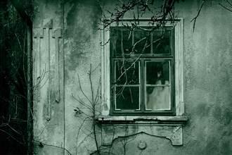媽誤闖廢墟拍到人臉貼窗狂盯 女兒憂撞鬼赴現場秒笑炸