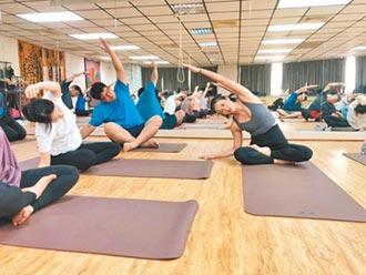 戴育澤建築所員工 練瑜珈放鬆
