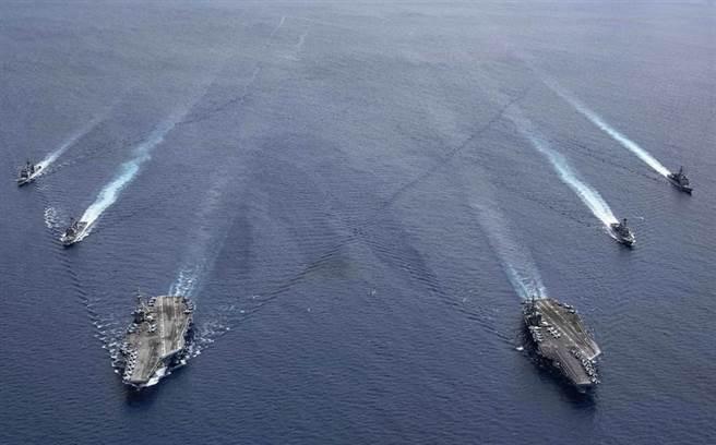美國「雷根」號(USS Ronald Reagan,CVN76)與「尼米茲」號(USS Nimitz,CVN-68)航母戰鬥群在南海軍演的畫面。(美國海軍)