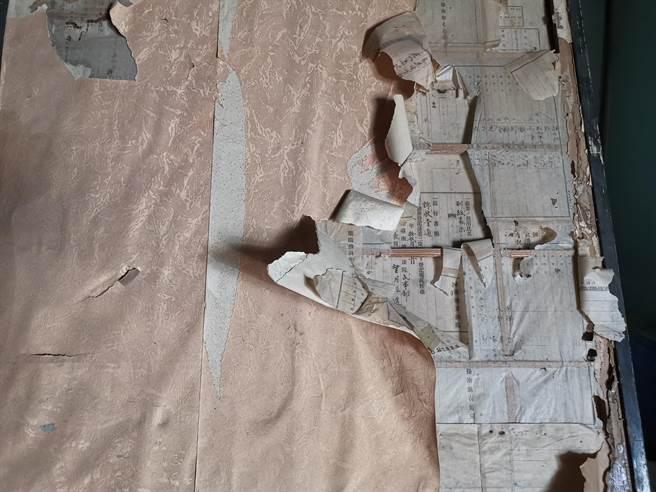 台南市六甲區毛昭川醫師百年故居,整修時在日式拉門和紙下層發現明治年間的地契買賣文件。(劉秀芬攝)