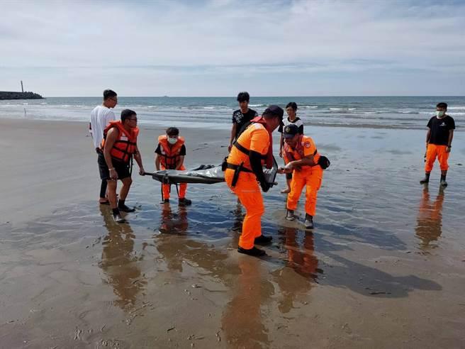 比基尼女子溺斃在大安北堤海域,搜救人員將遺體抬至岸邊。(海巡署中部分署提供/陳淑娥台中傳真)