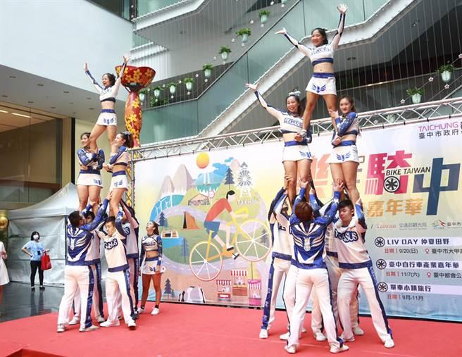 中華大學啦啦隊精彩表演為「2020台灣自行車節-台中自行車嘉年華-Bike Taiwan」活動,熱鬧暖場。(陳世宗攝)