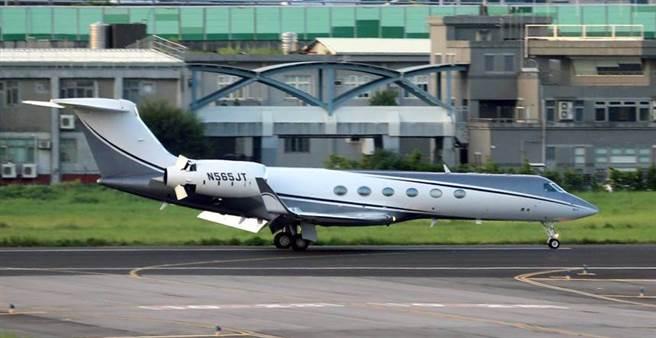 美國國務院次卿柯拉克(Keith Krach)17日抵台訪問,代表團專機傍晚17時15分降落台北松山機場。(黃世麒攝)