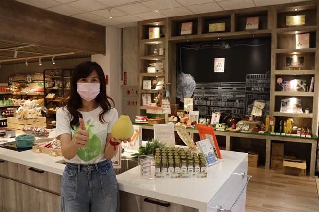 麻豆区农会超市今年1月改装重新开幕,购物环境如精品百货超市,不仅让当地消费者耳目一新,自农游券使用以来,也吸引不少外县市游客前往参观採购。(刘秀芬摄)