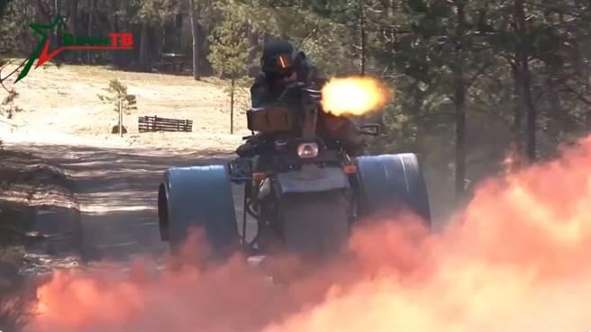 白俄羅斯研發的三輪突擊車,可以邊行駛邊射擊,需要2名士兵合作才行。(圖/twitter)