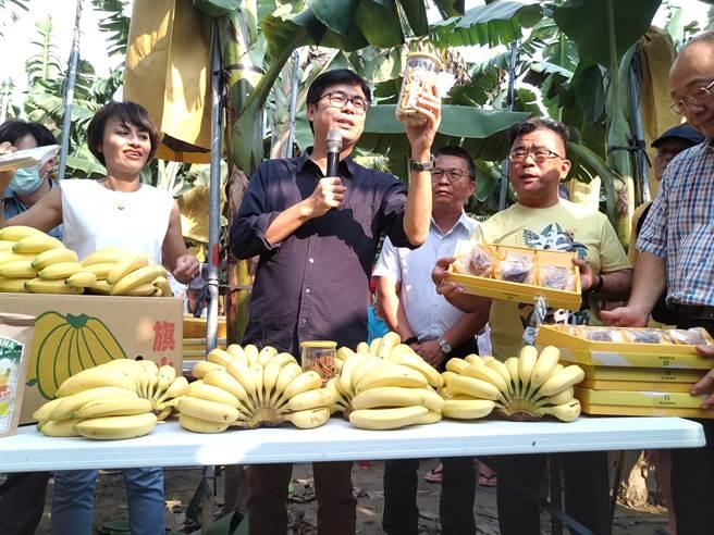 高雄市長陳其邁17日到旗山區關心香蕉價格,力挺蕉農。(林雅惠攝)