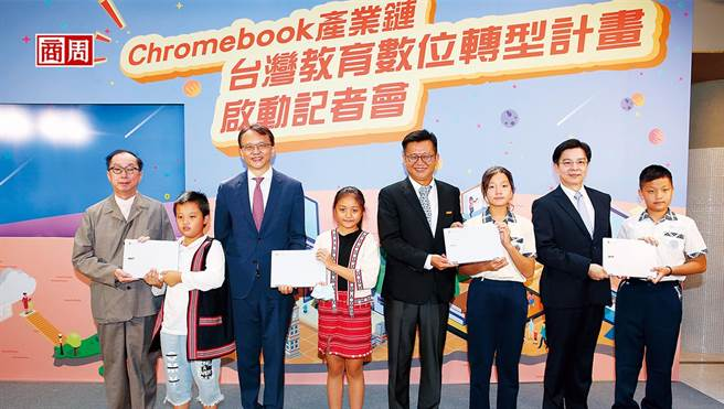宏碁陳俊聖(左3)透露,目前Chromebook已占所有筆電出貨量3成,且需求延續到明年。該公司今年前8月營收已逆勢年增11%。(圖/駱裕隆攝)