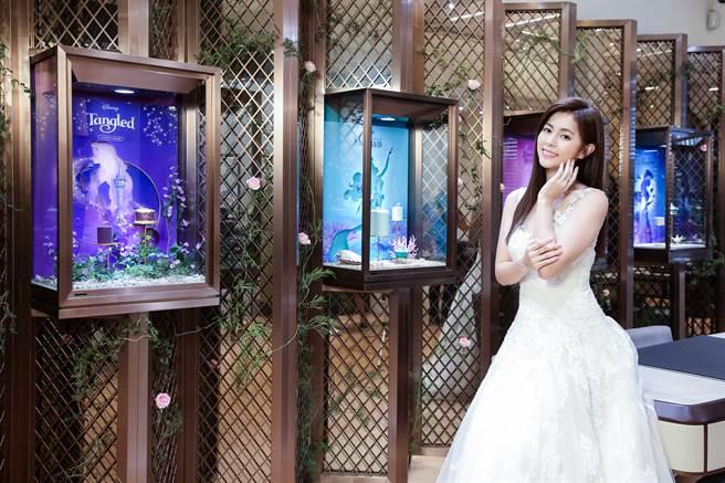 任容萱演繹ALUXE迪士尼公主婚嫁系列。(圖/品牌提供)