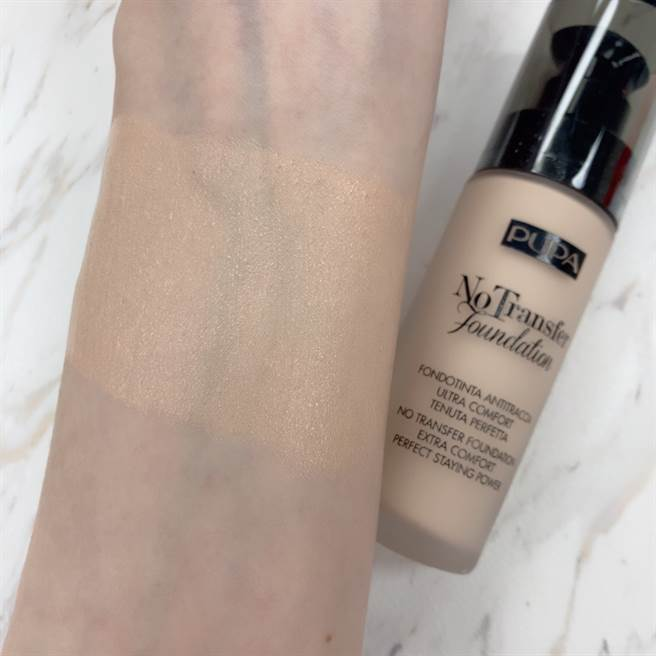 無痕輕透持久粉底液呈現「輕盈、光澤感」的妝效,若秋冬肌膚比較乾燥的人可選用這款。(圖/邱映慈攝影)