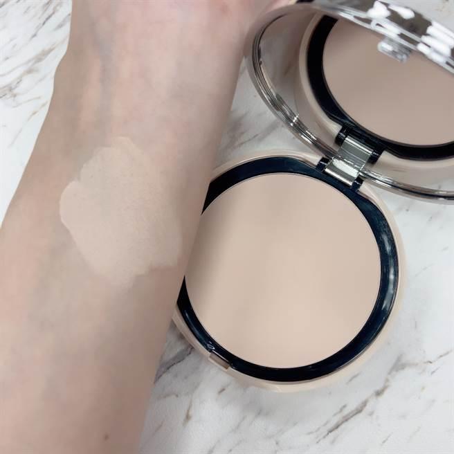 天使肌柔霧感粉餅粉質非常細緻,可明顯修飾毛孔,也可當做控油的定妝粉使用。(圖/邱映慈攝影)