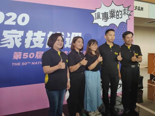 勞動部部長許銘春(左一)今天出席全國技能競賽。(林良齊攝)
