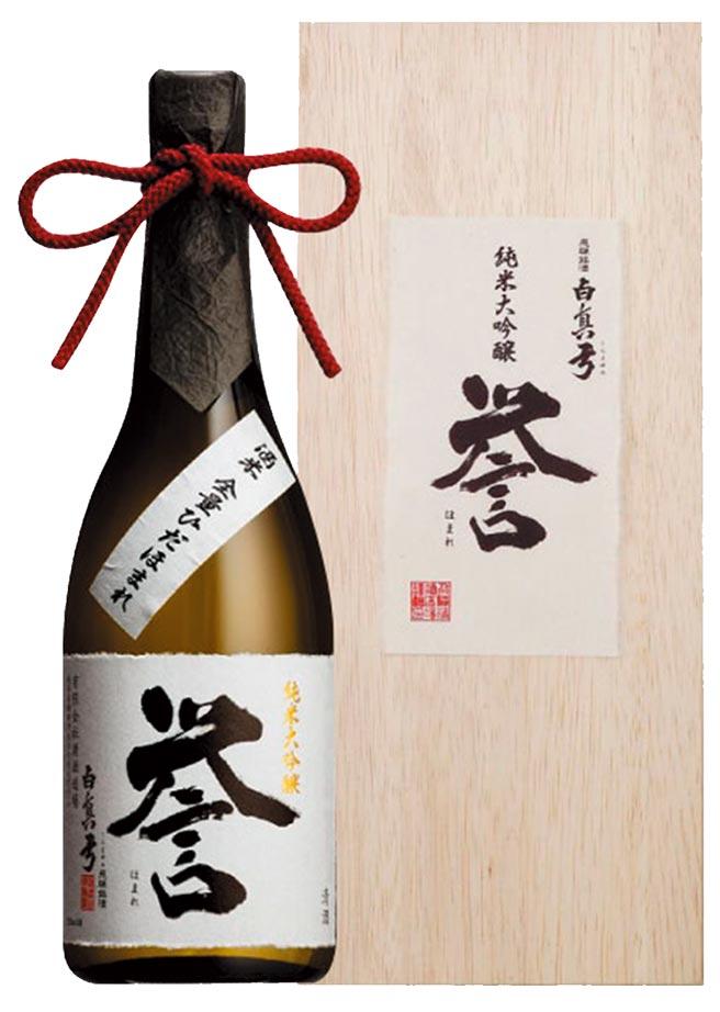精緻木盒、紅色領結和霧黑瓶身,「白真弓譽純米大吟釀」高雅有質感。買酒網建議售價2,300元。圖/業者提供
