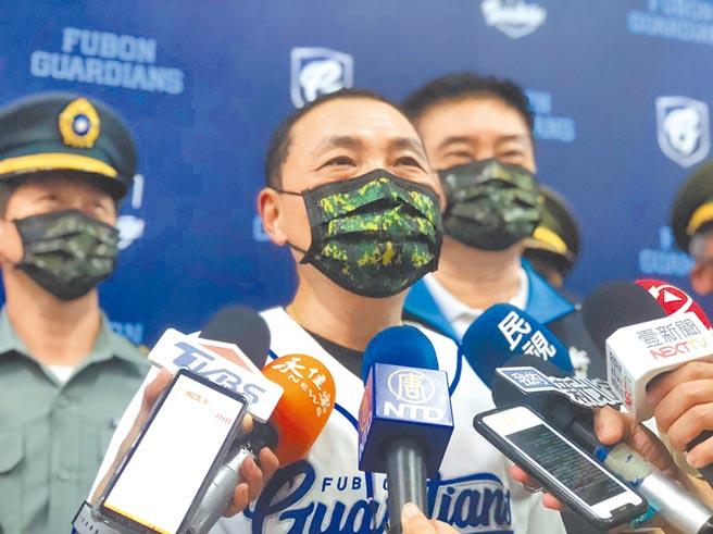 新北市長侯友宜戴著迷彩口罩,力挺國軍,肯定國軍弟兄為國家的付出。(許家寧攝)