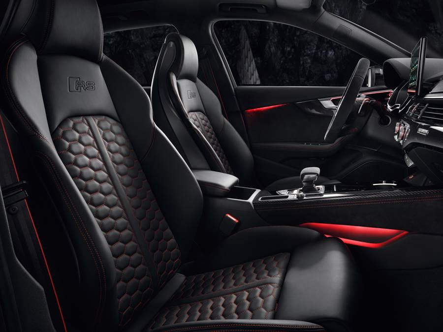 RS 4 Avant內裝多處具有專屬設計,強化熱血運動氣息。