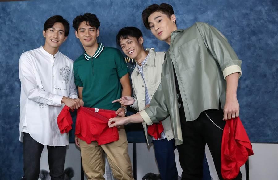 劉韋辰(左2)入圍金鐘新人獎,宋偉恩(右起)、黃雋智、張瀚元17日合體送上紅內褲幫集氣。(陳俊吉攝)