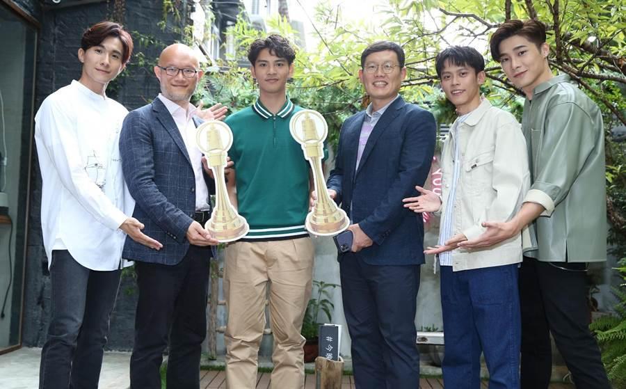 LINE TV執行長陳立人(左2)、全球資深副總裁姜玄玭(右3)現身祝福劉韋辰(左3)入圍金鐘。(陳俊吉攝)