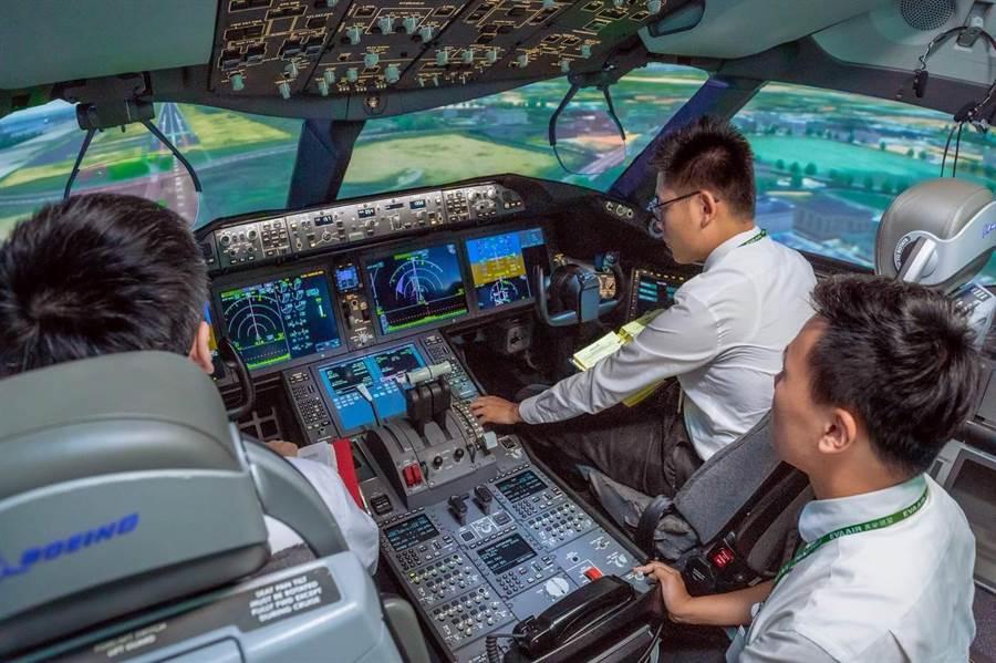 長榮航空宣布,將自10月17日起至明年1月底,於例假日舉辦機長、空服員及空廚體驗營。(長榮航空提供/陳祐誠傳真)